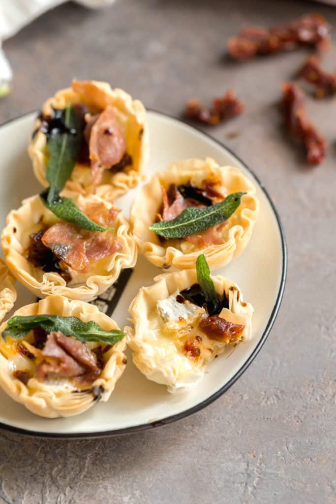 baked brie phyllo cups with crispy prosciutto
